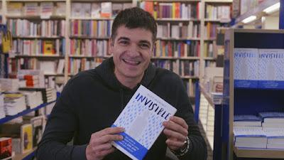 """Foto del autor Eloy Moreno con su libro """"Invisible""""."""