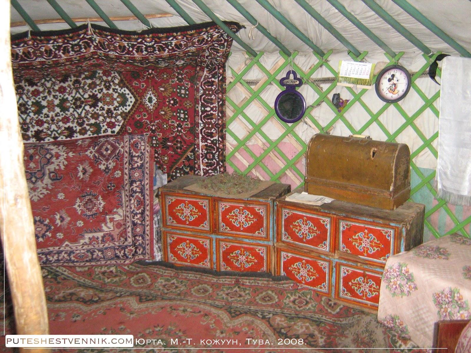 Шкафы с орнаментом и ковры в юрте