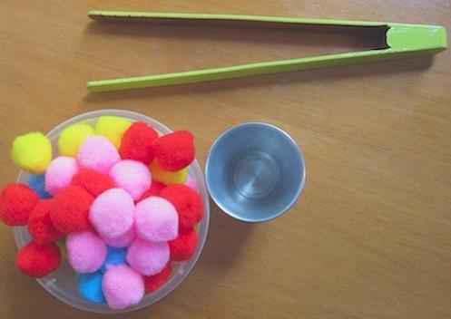 ejercicios de motricidad fina utilizando pompones y pinzas