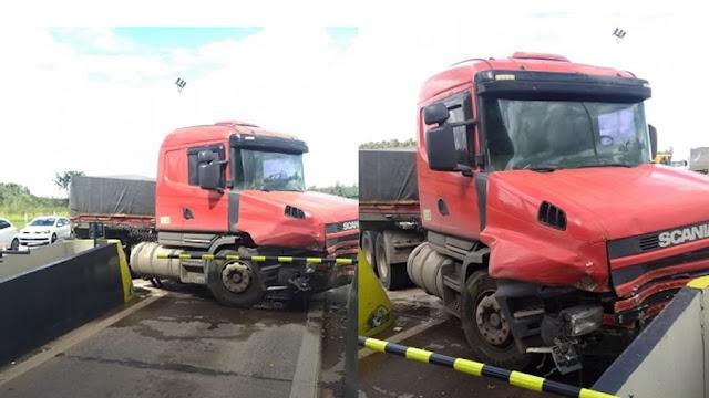 Sem freio, caminhão colide contra mureta no pedágio entre Itapira e Mogi