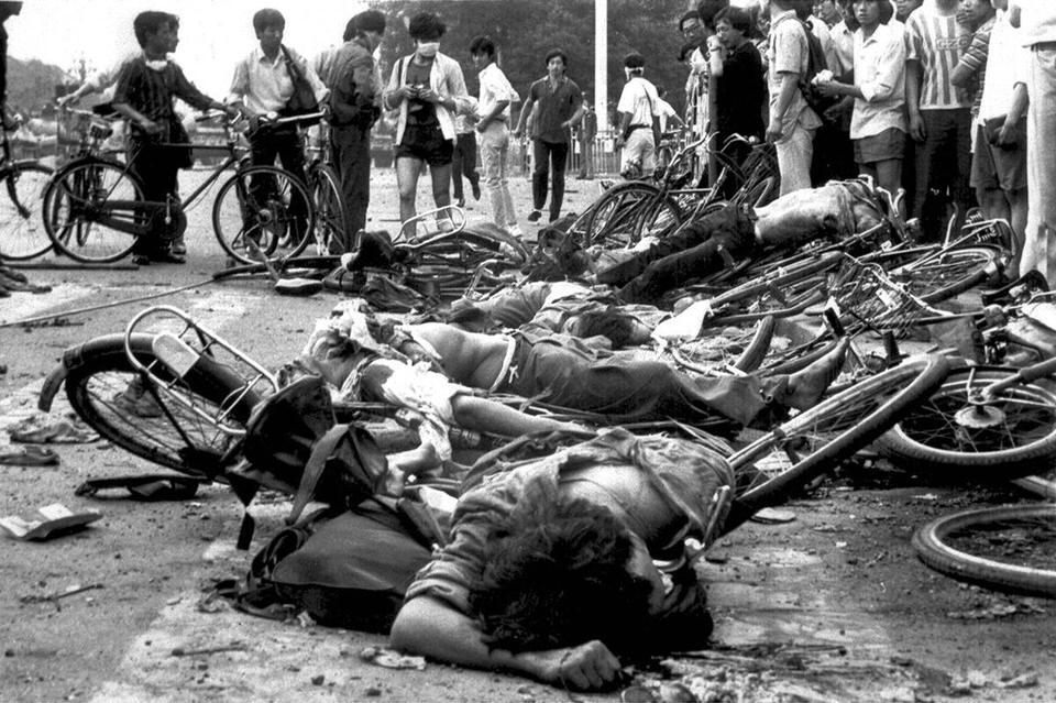 Σώματα νεκρών αμάχων μεταξύ συνθλιμμένων ποδηλάτων κοντά στην πλατεία Τιέν Αν Μεν του Πεκίνου, στις 4 Ιουνίου 1989