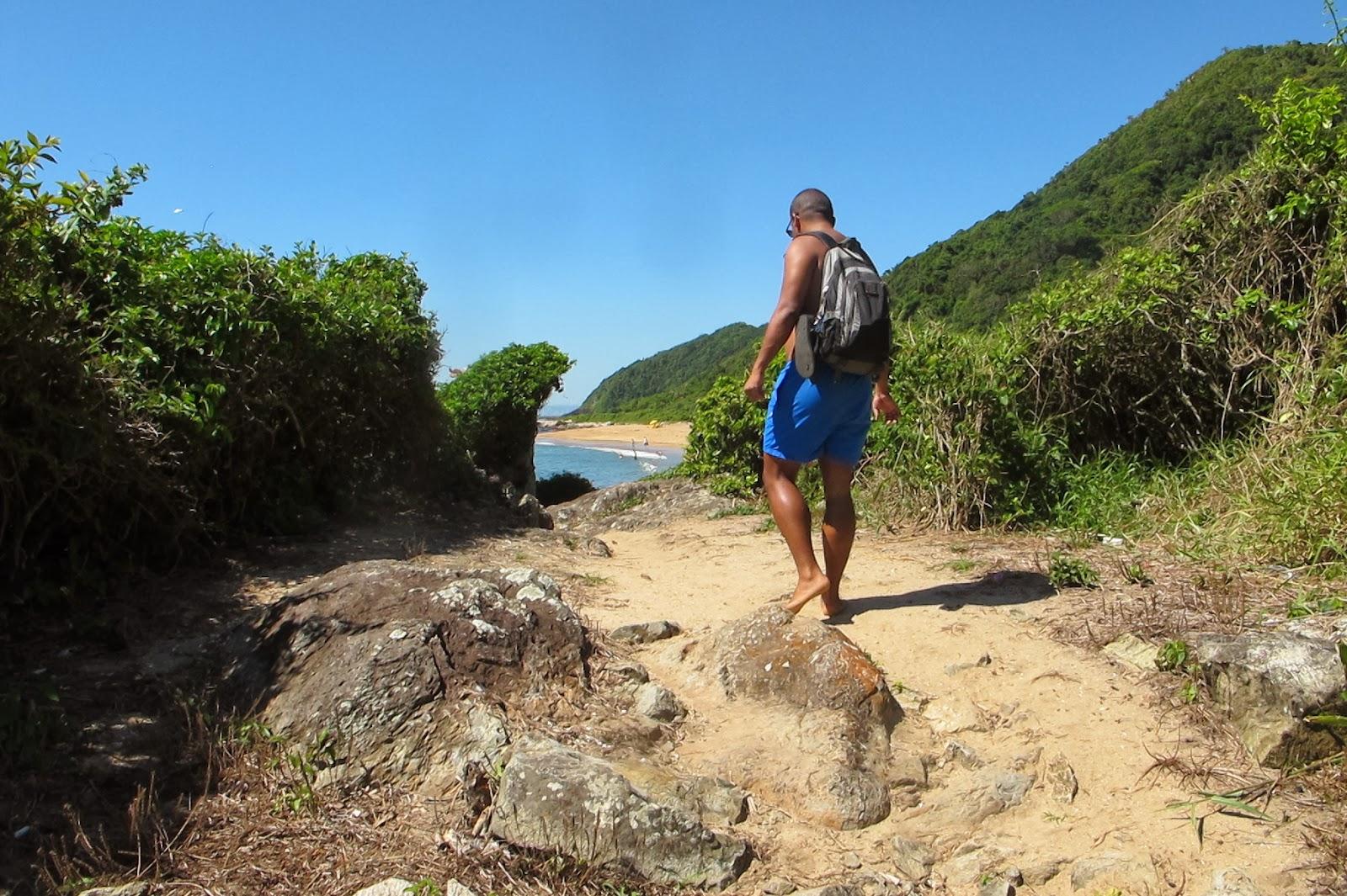 Trilha na Praia Vermelha, em Penha, no litoral catarinense.