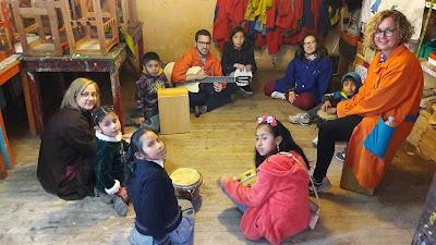 Fernando con los niños y niñas de Perú
