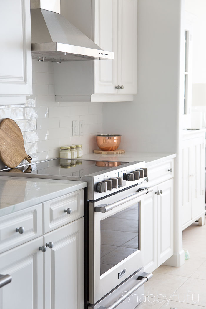 white-farmhouse-style-kitchen
