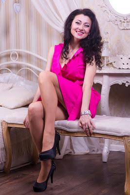 Marina reife Frau in einem pinken Minikleid