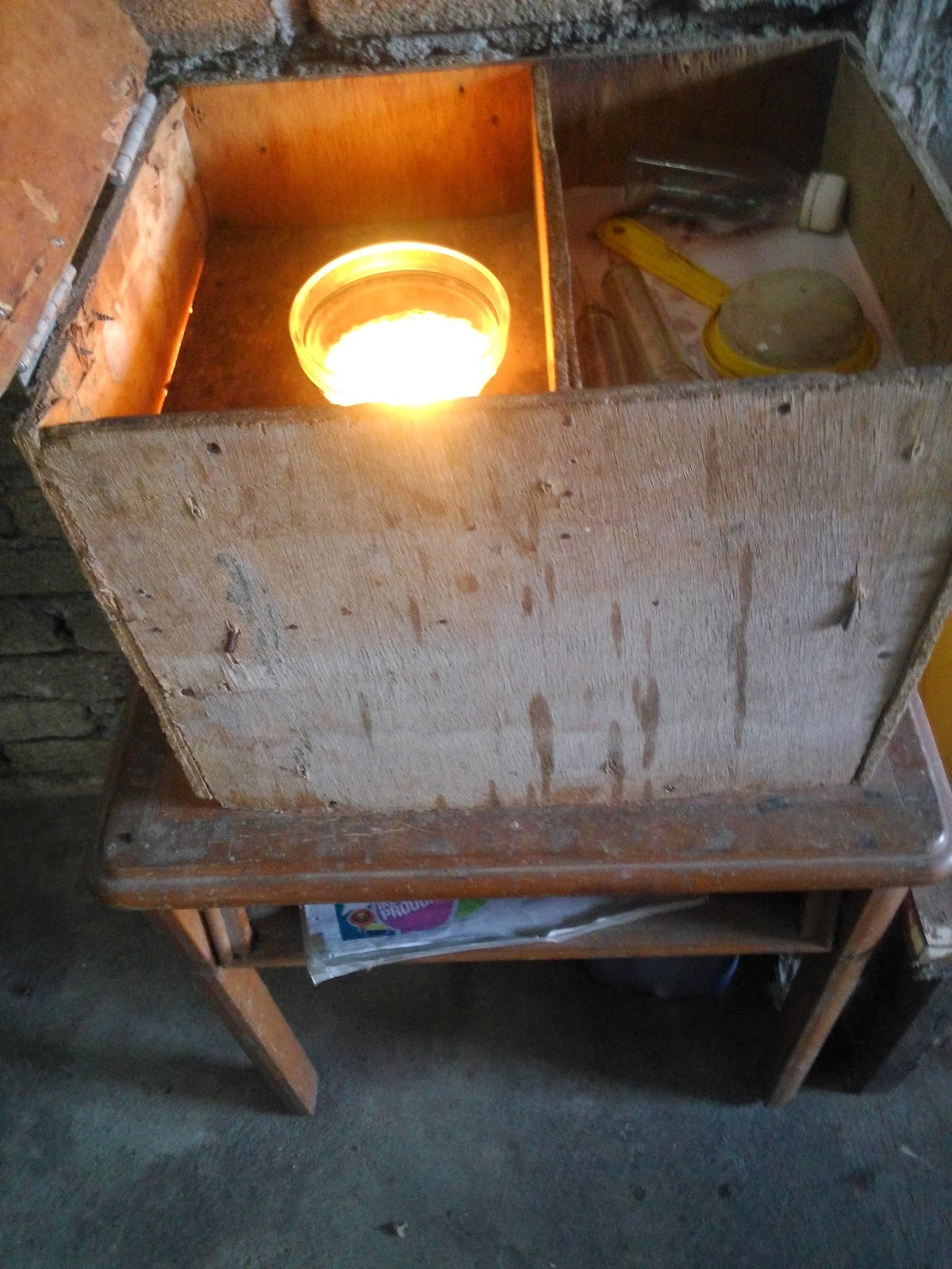 6 Minyak Yang Telah Luarkan Daripada Dapur Akan Dipanaskan Menggunakan Lampu Bagi Memudahkan Proses Mengasingkan Gaharu Dan Air