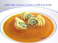 Galets rellenos de espinacas y bacalao con caldo de ajos tostados