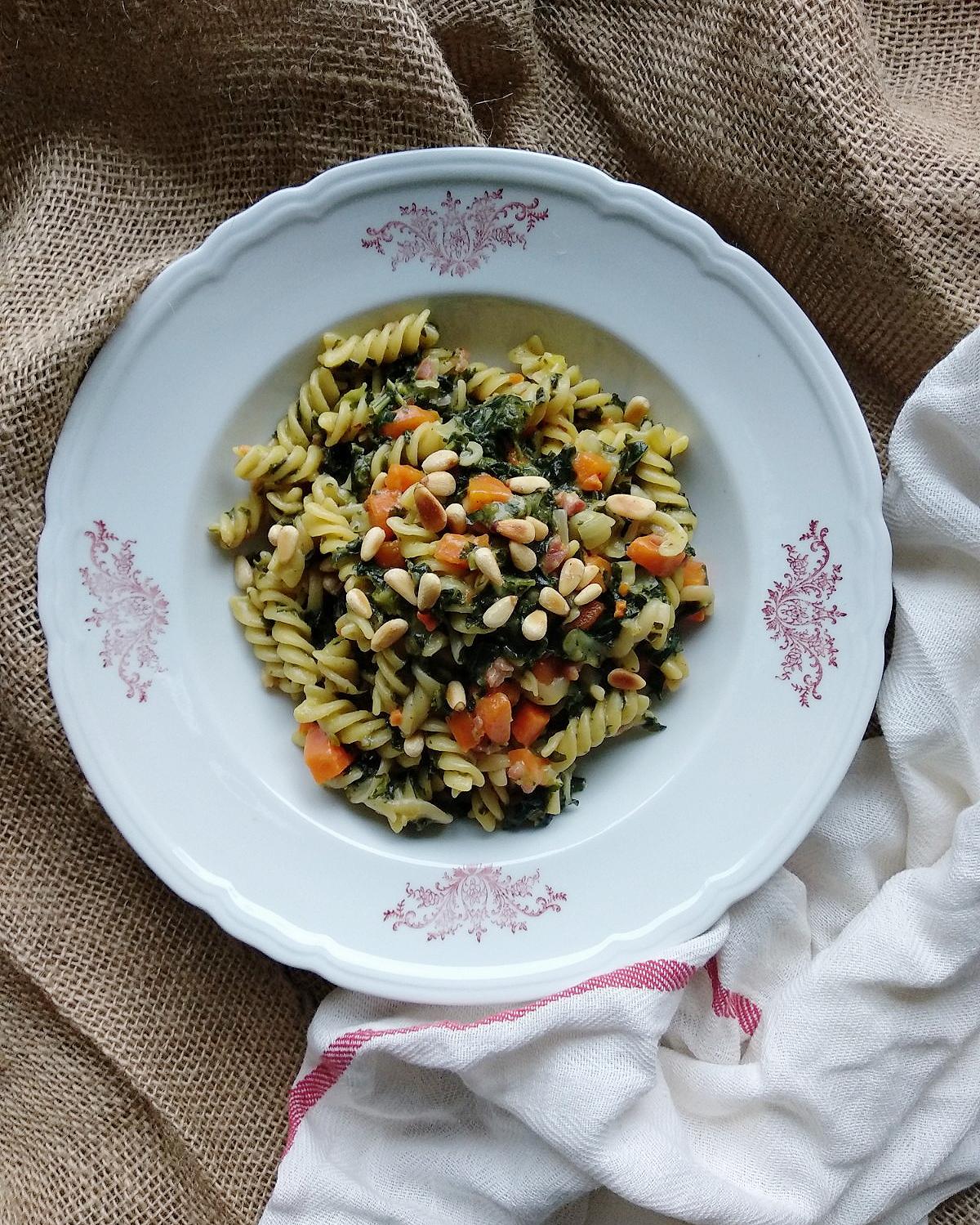#inunter20 Minuten zubereitet | Winterliche One Pot Pasta mit Grünkohl, Möhren und Pinienkernen | #pasta #onepotpaste #schnellerezepte # blitzrezepte #schnellegerichte #gruenkohl #saisonalerezepte | judetta.de