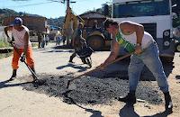 Equipe da Secretaria de Serviços Públicos faz operação tapa-buracos em trecho da Rua Tancredo Neves, na Quinta Lebrão