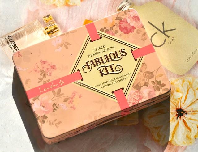 """Dziś zapraszam Was na recenzję uroczej paletki cieni do powiek Fabulous Kit marki Lovely. W ostatnim czasie kupiłam mnóstwo cieni do powiek, zauważyłam, że zakup nowej paletki sprawia mi wiele radości. Każda z nich jest inna, niepowtarzalna, na swój sposób wyjątkowa. Dzięki mnogości kolorów można wyczarować makijaż który jest adekwatny do sytuacji w jakiej aktualnie się znajdujemy, czy też współgrający z naszym charakterem. Magia ! Na co dzień wybieram stonowane, dyskretne kolory, z których pomocą z łatwością uzyskuję delikatny i naturalny makijaż. Czasami pozwalam sobie na odrobinę szaleństwa, wówczas do ulubionych beżów, brązów, pudrowych róży i szarości dołącza bardziej zdecydowana, intensywna i kontrastująca barwa.  Paletka zawiera  9 subtelnych odcieni które są utrzymywane w ciepłej tonacji brązu, beżu i różu. Zawiera zarówno cienie matowe, perłowe jak i błyszczące, wzbogacone o malutkie drobinki.  Bardzo rzadko się zdarza aby paletka cieni do powiek tak idealnie trafiała w mój gust - większość z oferowanych tego typu produktów oprócz tych """"naj"""" odcieni zawiera również kilka barw które nie są moimi kolorami (nie czuję się zbyt pewnie w niebieskościach, zieleniach czy szarościach) To sprawia, że często z całej paletki używam tylko dwóch produktów, w tym przypadku jest inaczej..."""