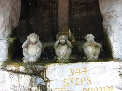 Los tres monos, Subida a Wat Saket, la Montaña Sagrada, Bangkok, Tailandia, La vuelta al mundo de Asun y Ricardo, vuelta al mundo, round the world, mundoporlibre.com,