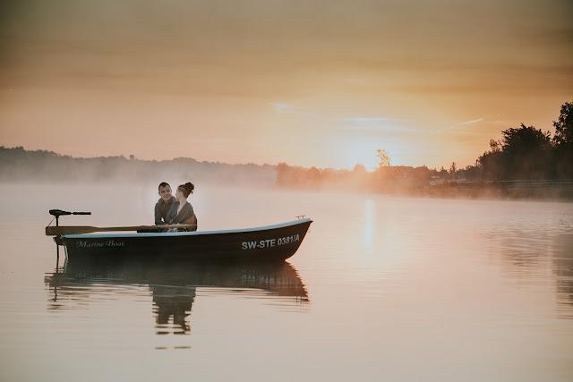 Sesja narzeczeńska na łodzi wśród mgły i wschodu słońca. Moose Wedding Fotografia