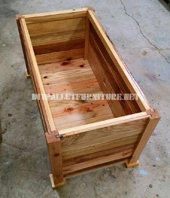Ba l y banco construido con tablas de for Bancos de jardin con palets