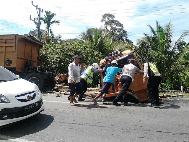 Fuso Tabrak Mobil Box, Dua Orang Dilarikan ke Rumah Sakit