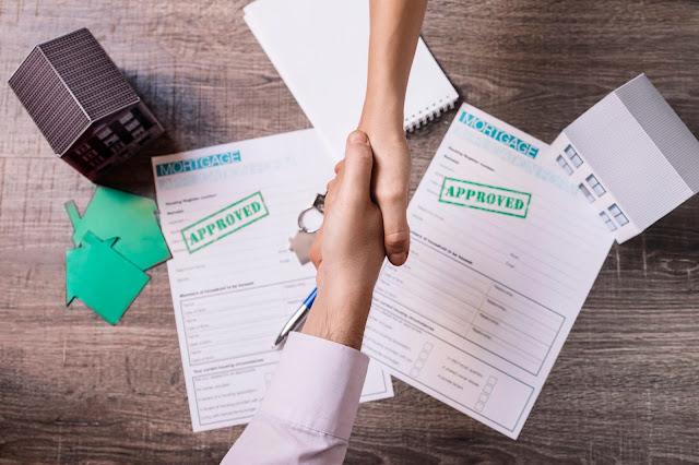 Tips Beli Rumah Dijual Bandung, Lakukan over kredit rumah langsung ke bank atau notaris (Freepik)