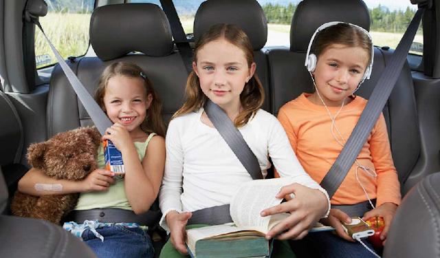 Crianças em carros na Disney