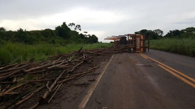 ACIDENTE - Carreta estoura pneu em buraco e tomba na BR-010 no Maranhão