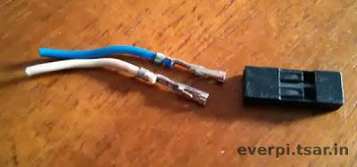 Conector de metal separado da capa plástica