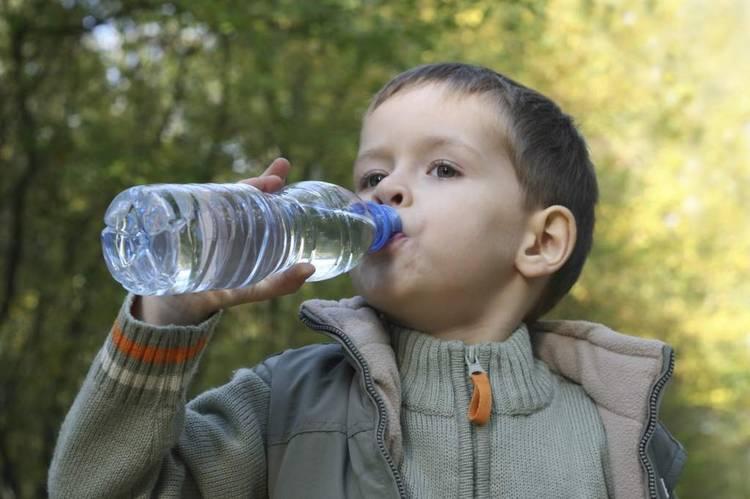 Niño Tomando Agua Animado