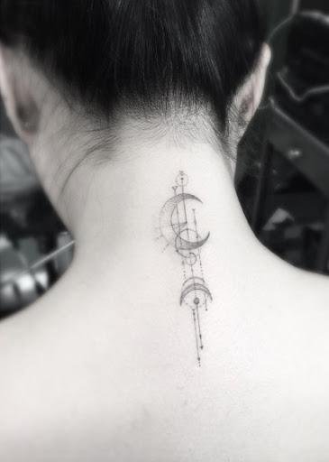 Este elegante geométricas volta do pescoço de tatuagem