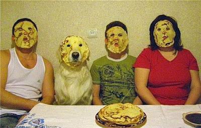 Familie frühstückt am Morgen Eierkuchen lustig