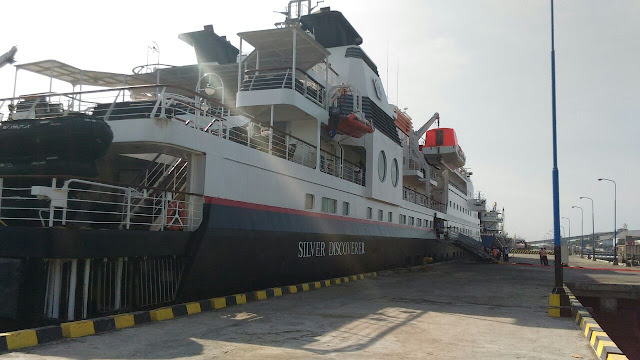 Kapal pesir Silver Discovere di Pelabuhan Tanjungwangi, Banyuwangi.