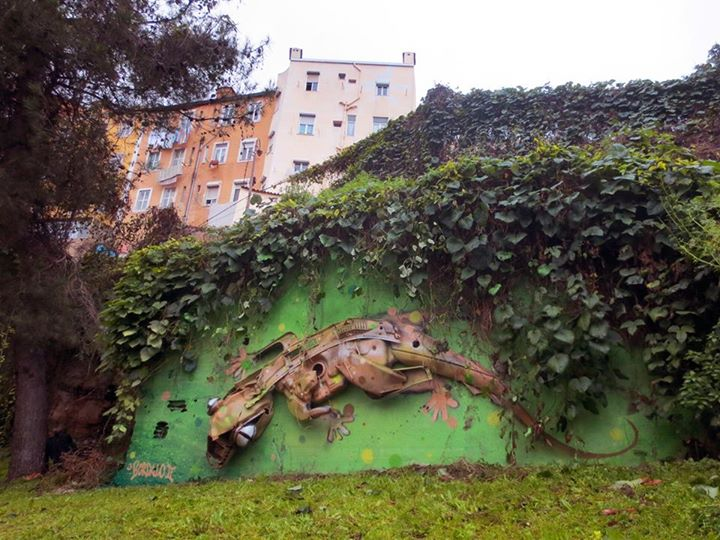 22-Gecko-Sculptor-Bordalo-Segundo-II-Sculpture-Urban-Camouflage-in-Upcycling-Rubbish-www-designstack-co