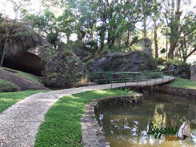 Calçamento com pedra com pedregulho de rio no caminho do bosque com a construção dos lagos e dos muros de pedra em condomínio em Atibaia-SP.