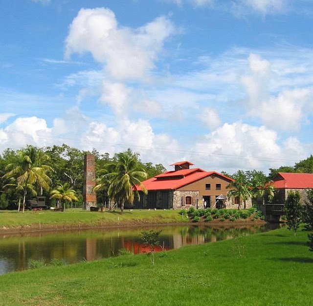 Musée dans une habitation créole verdoyante face à un lac