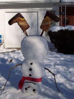 lustige Bilder Schneemann steht auf dem Kopf