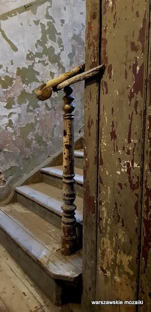 Warszawa Warsaw architektura kamienica opuszczone ulica praskie klimaty klatka schodowa schody balustrada