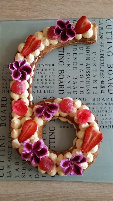 Una tarta con adornos tipo flores