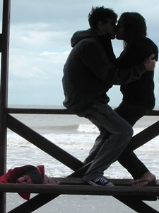 Imagen de una pareja besandose en invierno