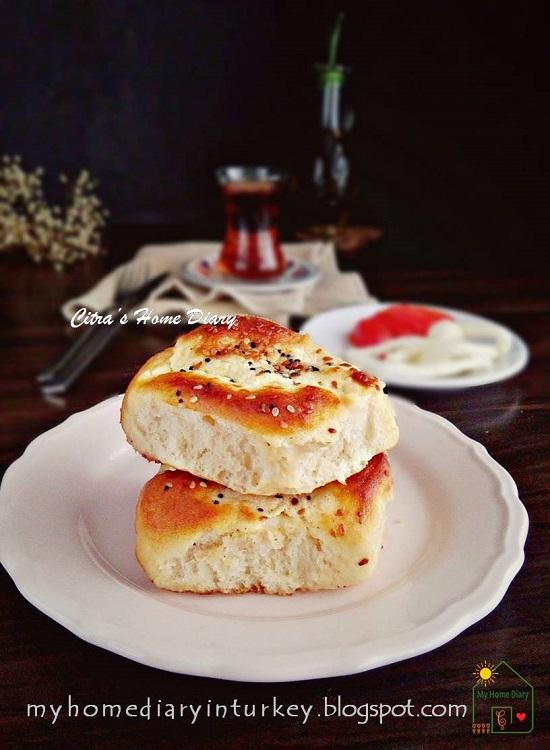Turkish Recipe; Dızmana / Göçmen Böreği   Çitra's HOme Diary. #turkishfoodrecipe #börekler #turkishborek #pastryrecipe #breakfast #brunch #turkishcuisine #turkishpastry #resepmasakanturki #gocmenboregi #yogurt #softbread