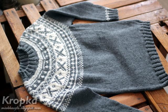 Dziecięcy sweter z wełny merynosa ręcznie zrobiony na drutach na okrągło.