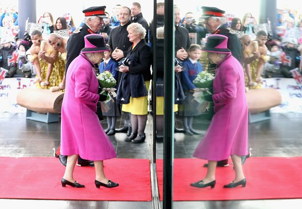 Queen Elizabeth visited a exhibition at tSainsbury Centre for Visual Arts in University of East Anglia. Style of Queen Elizabeth