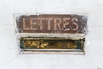 Mail in Paris