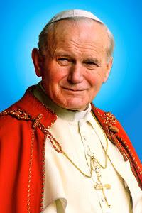 Juan Pablo vestido de Papa con capa roja sonriendo tiernamente