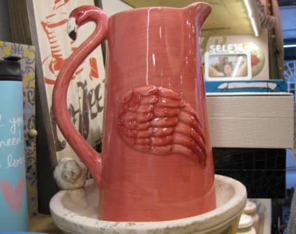 Jarra de cerámica con flamingo rosa.