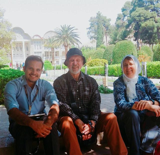 Turistas en el jardín Eram en Shiraz
