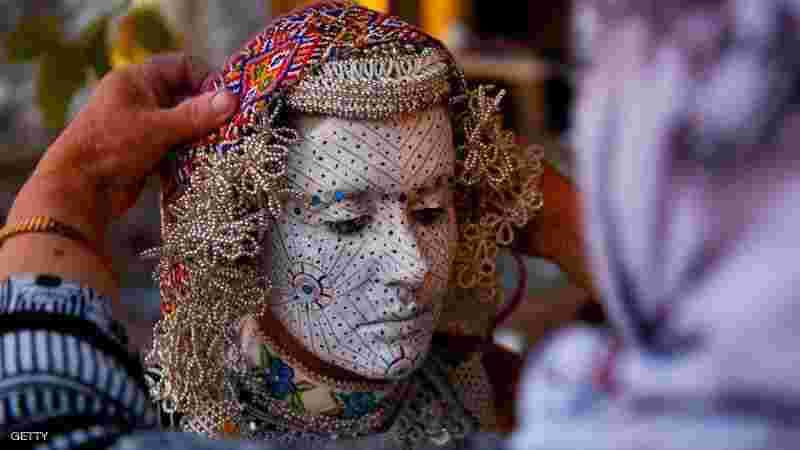 605104f22740e حيث يقومون في بعض المناطق من دولة البوسنة بتزيين غريب من نوعة للعروس اثناء  الزفاف وتعتبر من التقاليد العريقة في بعض مناطق البوسنة تزيين وجه العروس  بطريقة قد ...