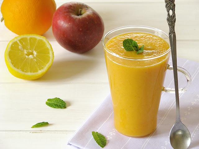Smoothie à la carotte, pomme, orange et banane.