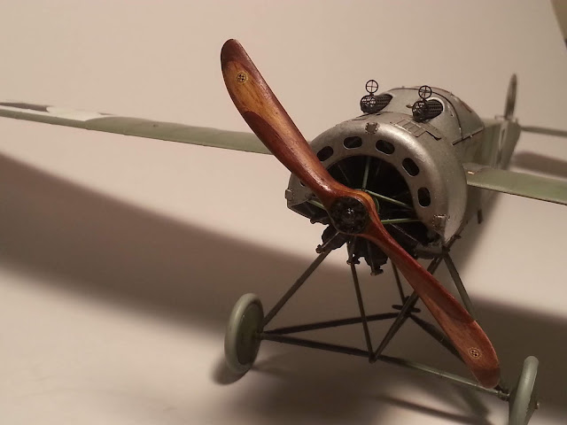 How to paint realistic laminated wooden propellers for WW1 aircraft scale models