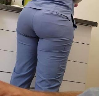 Sexy mujer trasero grande ropa entallada