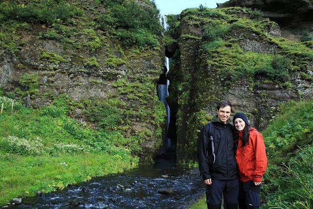 Nosotros frente a la grieta sobre la cascada Gljúfurárfoss en Islandia