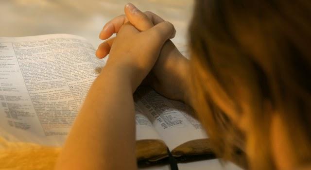 Resultado de imagem para Provérbios 12:4 A mulher virtuosa é coroa de honra para seu marido, mas a de atitudes vergonhosas é como podridão nos ossos dele.