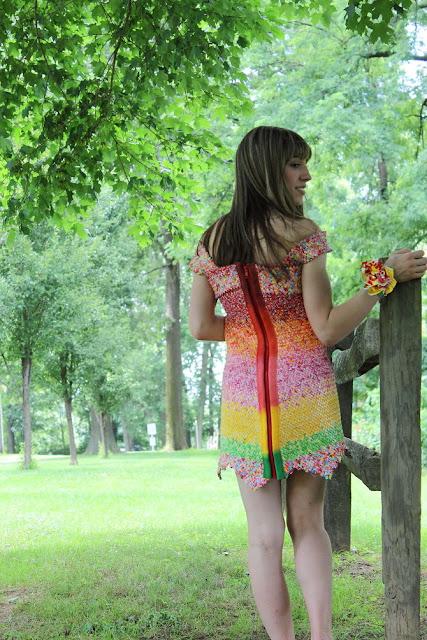 Unik, gaun lucu ini dibuat dari bungkus permen