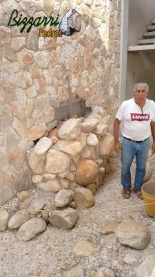 Dia 19 de setembro de 2016, Bizzarri trabalhando na construção da cascata de pedra, com pedra de rio, no lago das carpas com pedra do rio e pedregulho do rio em jardim de inverno na sala de estar da casa em condomínio em Atibaia-SP, com as paredes revestidas com pedra moledo.