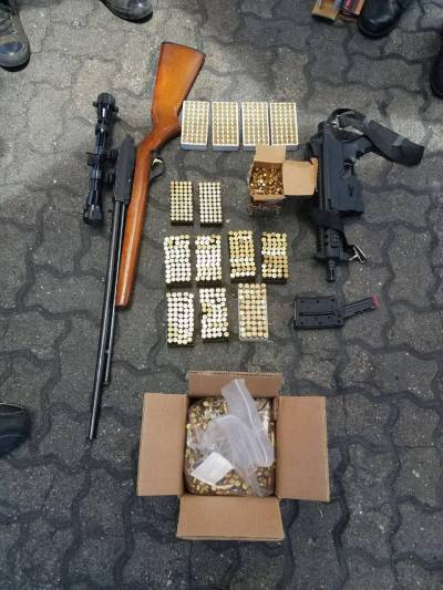 """Aduanas descubre 4, 263 armas, entre ellas un fusil de asalto, en envíos a través de empresas """"mudanceras"""""""