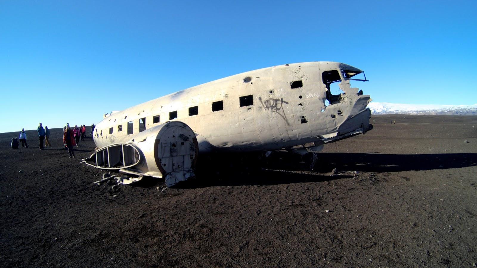 Czarna plaża i wrak samolotu na Islandii